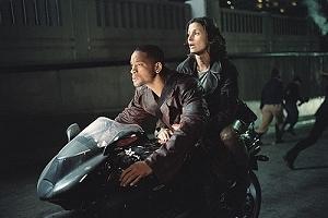 Will Smith e Bridget Moynahan in una sequenza di Io, Robot