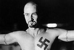 Edward Norton con la svastica tatuata sul petto in una scena di American History X