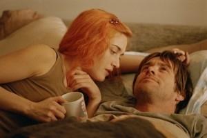 Kate Winslet e Jim Carrey in una scena di Se mi lasci ti cancello