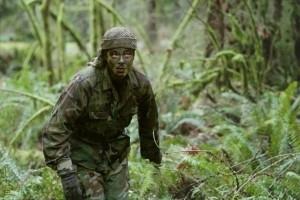 Un Benicio del Toro mimetico in una scena di The Hunted