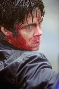 Benicio del Toro in una scena di The Hunted - la preda