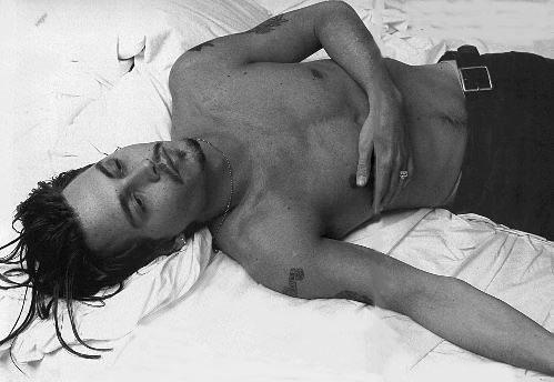 Johnny Depp in un'immagine sensuale che lo ritrae a torso nudo