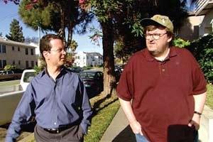 Michael Moore con lo scrittore Barry Glassner in una scena di Bowling a Columbine