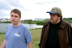 Michael Moore con Mark Taylor sopravvissuto della Columbine in una scena di Bowling a Columbine