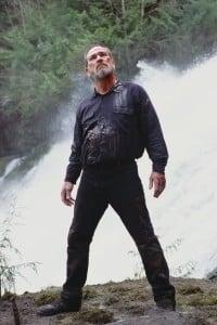 Tommy Lee Jones in una scena del film The Hunted