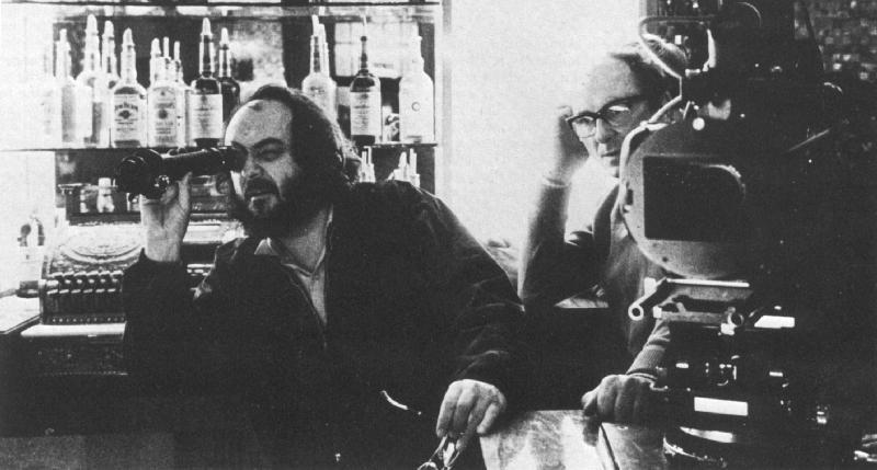 Il regista Stanley Kubrick sul set del film Shining