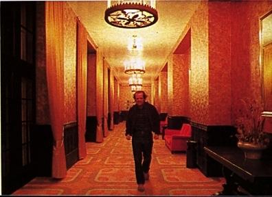 Jack Nicholson cammina tra i corridoi dell'Overlook Hotel  in una scena di Shining