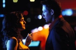 Edward Burns e Rachel Weisz in una scena di Confidence