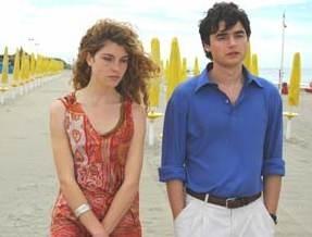 Paolo Briguglia e Vittoria Puccini in una scena di Ma quando arrivano le ragazze?