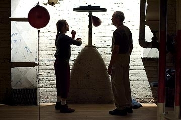 Clint Eastwood e Hilary Swank in una suggestiva scena di Million Dollar Baby