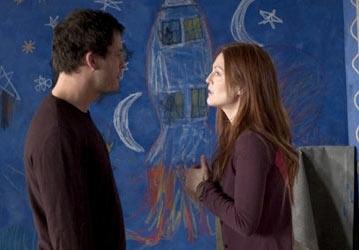 Dominic West e Julianne Moore in una scena di The Forgotten