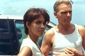 Billy Bob Thornton e Halle Berry in una scena di Monster's Ball - L'ombra della vita