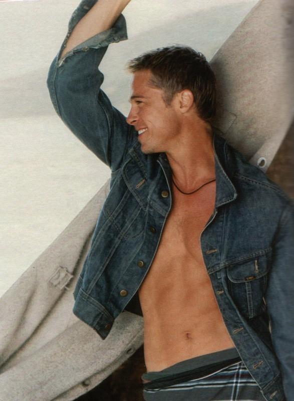 Addominali in vista e sorriso irresistibile per Brad Pitt