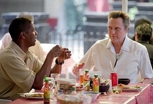 Denzel Washington e Christopher Walken in una scena di Man of fire