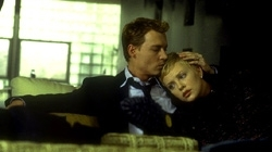 Johnny Depp con Charlize Theron in una scena di The Astronaut's Wife