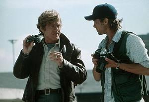 Robert Redford accanto a Brad Pitt in una scena di Spy Game