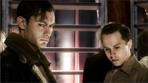Jude Law e Giovanni Ribisi in una scena di Sky Captain and the World of Tomorrow