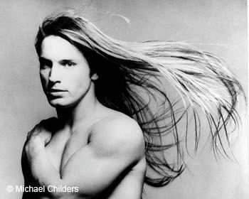 un ritratto di Joe Dallesandro con i capelli lunghi