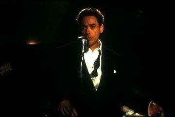 Robert Downey jr. in una scena di The Singing Detective