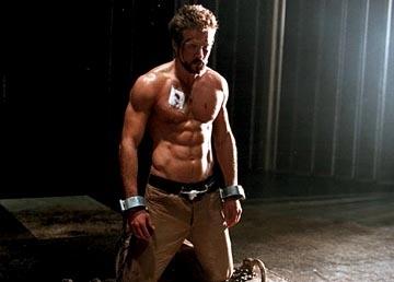 Il sexy Ryan Reynolds in una scena di Blade: Trinity