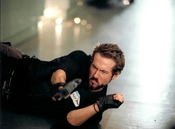 Ryan Reynolds in una scena action di Blade: Trinity