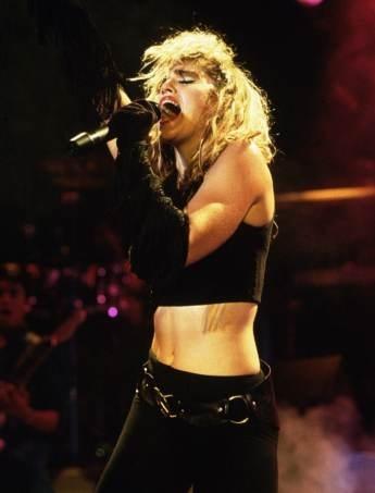 Madonna durante una data del suo primo tour, il Virgin Tour