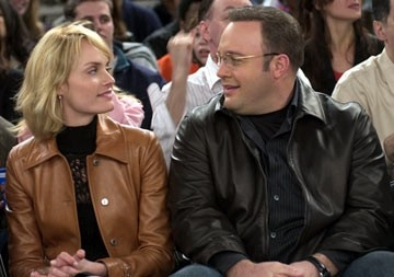 Amber Valletta e Kevin James in una scena di Hitch - Lui sì che capisce le donne