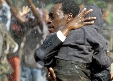 Don Cheadle in una scena di Hotel Rwanda