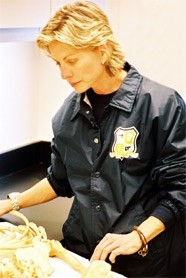 Patricia Cornwell esamina uno scheletro al Regional Forensic Center nell' University of Tennessee Medical Center di Knoxville.