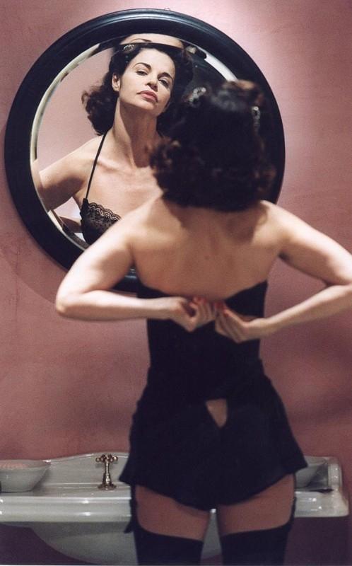 Una splendida Anna Galiena in una scena di Senso '45