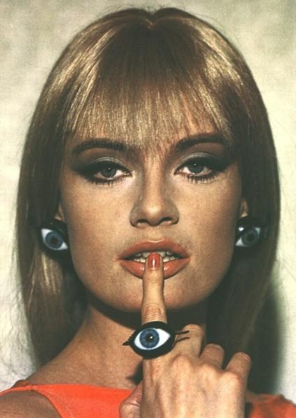 1964: Marisa Mell con un'insolita parure di gioielli