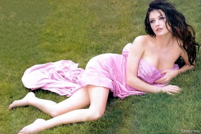 Catherine Zeta-Jones, sexy in rosa