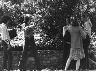 John Carpenter spiega una scena a P. J. Soles, Jamie Lee Curtis e Nancy Kyes sul set di Halloween