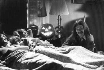Michael Graham, P.J. Soles e John Carpenter scherzano sul set di Halloween