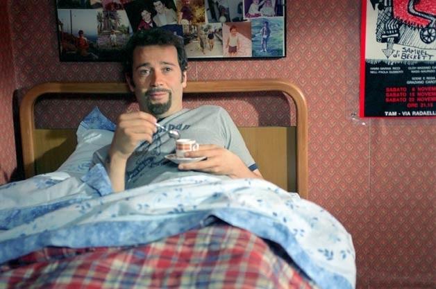 Fabio Volo a letto nel film La febbre