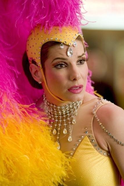 Piume rosa e gialle per Sandra Bullock in una scena di Miss Congeniality 2: Armed and Fabulous