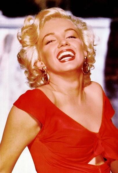 Marilyn, splendida e fasciata in un abito rosso