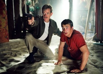 William H. Macy e Chris Evans in una scena di Cellular