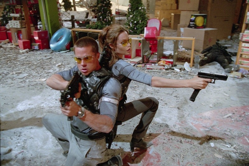 Brad Pitt con Angelina Jolie in una scena di Mr. and Mrs. Smith