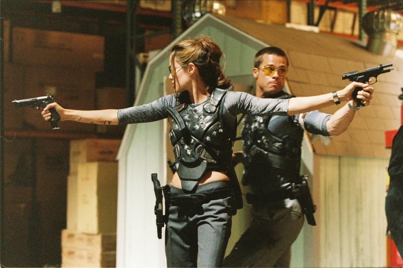 Brad Pitt e Angelina Jolie in una scena d'azione di Mr. and Mrs. Smith