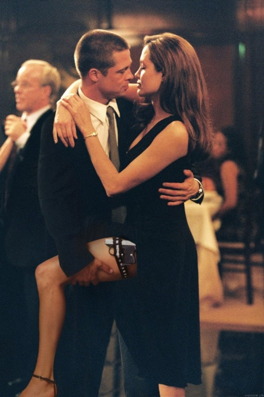 Brad Pitt e Angelina Jolie in una scena di Mr. and Mrs. Smith, sul set del quale iniziarono la loro storia d'amore