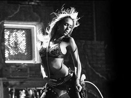 Jessica Alba in una scena del film Sin City