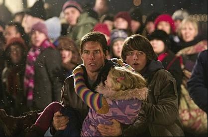 Tom Cruise e la piccola Dakota Fanning in una scena de La guerra dei mondi