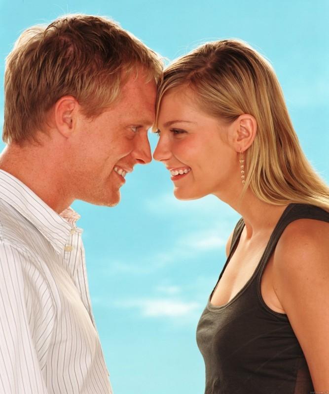 Kirsten Dunst con Paul Bettany in una foto promozionale del film Wimbledon