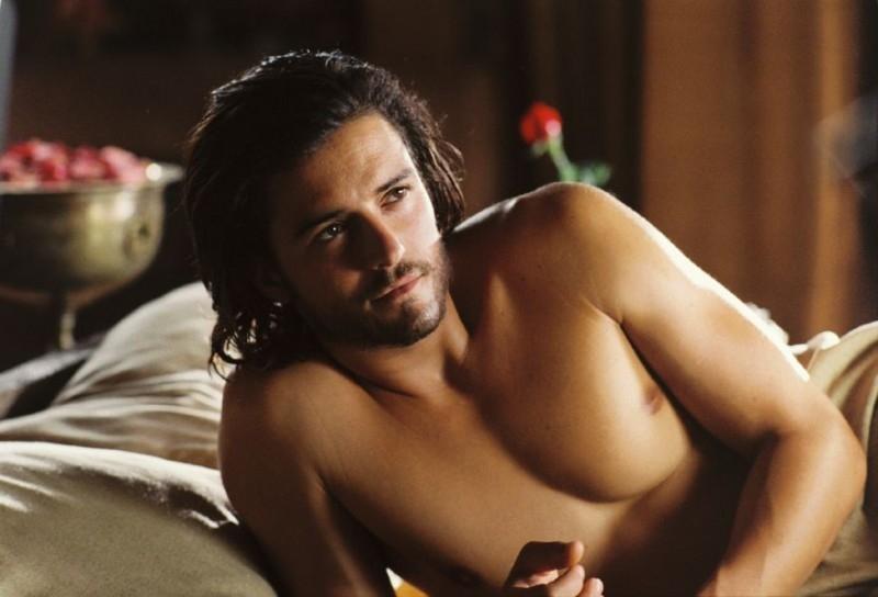 Orlando Bloom a torso nudo in una scena de Le crociate