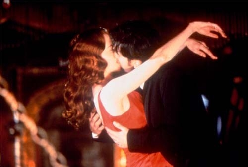 Bacio tra Ewan McGregor (Christian) e Nicole Kidman (Satine)
