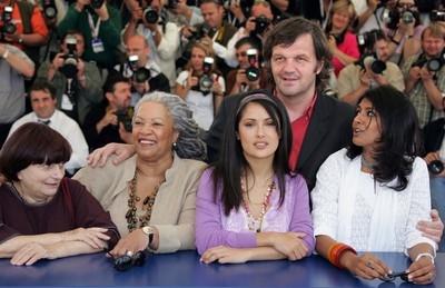 Emir Kusturica abbraccia le quattro donne della sua giuria di Cannes 2005: Agnès Varda, Toni Morrison, Salma Hayek e Nandita Das