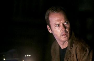 Michael Keaton in una scena di White Noise