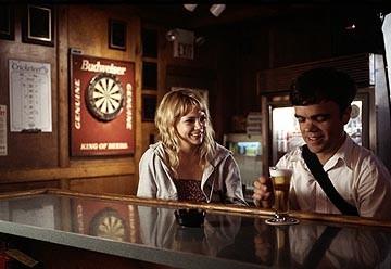 Michelle Williams e Peter Dinklage in una scena di The Station Agent