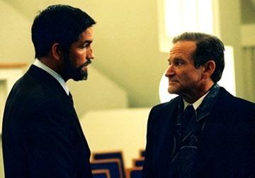 Robin Williams e James caviezel in una scena di The Final Cut